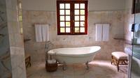 Banyak hal yang bisa dilakukan untuk membuat kamar mandi jadi bersih dan wangi. Apa saja?
