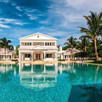 Pada tahun 2005, Celine Dion dan suami sekaligus manajernya, Renee Angelil membeli sebuah tanah di kawasan Florida seharga $12,5 juta. (sothebyshomes.com)