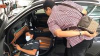 Konsumen melihat langsung proses pembersihan sirkulasi udara mobil. (BMW Astra)