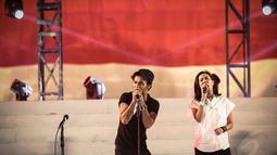 Untuk memeriahkan acara, Slank mengajak Oppie Andaresta menyanyikan lagu Hijrah untuk pertama kalinya, Jakarta, (20/10/14). (Liputan6.com/Faizal Fanani)
