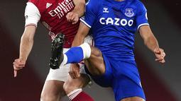 Pemain Arsenal Pablo Mari (kiri) melompat untuk memperebutkan bola dengan pemain Everton Dominic Calvert-Lewin pada pertandingan Liga Inggris di Emirates Stadium, London, Inggris, Jumat (23/4/2021). Arsenal kalah 0-1 dari Everton. (John Walton/Pool via AP)