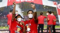 Kapten Persija Jakarta, Andritany Ardhiyasa, bersama Ramdani Lestaluhu, melakukan selebrasi usai menjuarai Piala Menpora 2021 di Stadion Manahan, Solo, Minggu (25/4/2021). (Bola.com/M Iqbal Ichsan)