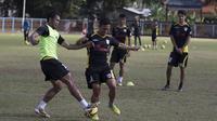 Pemain Mitra Kukar, Eka Ramdani berebut bola dengan Saepulloh Maulana (kiri) saat latihan jelang laga Piala Presiden melawan Bali United di Lapangan Samudra Kuta, Bali, Selasa (9/1/2015). (Bola.com/Vitalis Yogi Trisna)