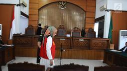 Terdakwa Ratna Sarumpaet tiba di Pengadilan Negeri (PN) Jakarta Selatan, Kamis (29/2). Ratna menjalani sidang dakwaan perdana atas kasus penyebaran berita hoaks yang menyebutkan wajah lebam. (Liputan6.com/Herman Zakharia)