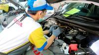 Ilustrasi mekanik mobil Honda tengah melakukan servis. (ist)