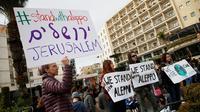 Sejumlah warga Israel menggelar unjuk rasa di depan kediaman Perdana Menteri Israel, Benjamin Netanyahu di Yerusalem, Jumat (16/12). Mereka mengaku prihatin dengan warga Aleppo di Suriah. (REUTERS / Baz Ratner)