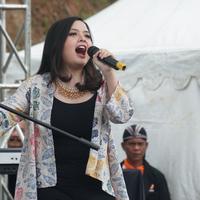 Duta lingkungan hidup Tasya Kamila membawakan lagu dalam acara penanaman pohon di Cimenyan, Kabupaten Bandung. (Liputan6.com/Huyogo Simbolon)