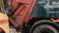 Truk bermuatan bata menabrak truk sampah di Jalan Gatot Subroto, Jakarta Selatan. (Dok TMC Polda Metro Jaya)