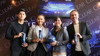 Kiri - Kanan: Rendy Juliansyah (Pemain Timnas), Essie Prita Cinta (Senior Brand Manager Clear Indonesia), Ratu Tisha Destria (Sekjen PSSI), Dave Shaw (Senior RnD Manager Unilever Indonesia).