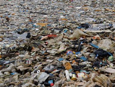 Tumpukan sampah terlihat di pinggir laut kawasan Pelabuhan Muara Baru, Jakarta Utara, Senin (29/7/2019). Sampah-sampah yang didominasi oleh sampah plastik ini terbawa arus laut yang dibuang masyarakat secara sembarangan. (Liputan6.com/Johan Tallo)