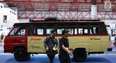Pengunjung melewati kendaraan yang dipajang dalam pameran Indonesia Classic N Unique Bus 2019 di JIExpo Kemayoran, Jakarta, Rabu (20/3). Pameran ini bertajuk 'Legenda Transportasi Indonesia'. (Liputan6.com/Immanuel Antonius)