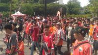 Ribuan suporter Persija Jakarta, Jakmania memasuki area SUGBK, Rabu (10/7/2019). (Merdeka.com/ Ronald)
