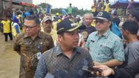 Wali Kota Tangerang Arief R Wismansyah meninjau wilayah banjir di Ciledug Indah 1, Kecamatan Ciledug, Kota Tangerang, Kamis (2/1/2020). (Liputan6.com/Pramita Tristiawati)