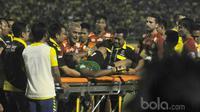 Christian Gonzales ikut mengangkat kiper Persegres, Aji Saka yang terjatuh akibat menghantam tiang gawang sebelah kanan saat melawan Arema FC pada Liga 1 2017 di Gresik, (12/7/2017). (Bola.com/Iwan Setiawan).