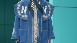 Model berjalan dengan scarf menyerupai hijab di kepalanya membawakan koleksi terbaru Gucci FW18 dalam Milan Fashion Week 2018, Rabu (21/2). Ada lebih dari empat model yang memakai scarf hingga turban di kepalanya. (AFP PHOTO/Filippo MONTEFORTE)