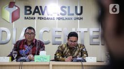 Anggota Bawaslu, Fritz Edward Siregar (kiri) dan Rahmat Bagja  memberikan keterangan  secara live streaming membahas Rekomendasi Bawaslu terkait Antisipasi Dampak Virus Covid -19 terhadap Pilkada Tahun 2020, Jakarta, Selasa (17/3/2020). (Liputan6.com/Faizal Fanani)