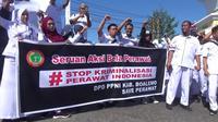 Ribuan mahasiswa keperawatan dan perawat di Gorontalo menggelar aksi unjuk rasa sebagai bentuk solidaritas terhadap rekannya, Jumraini, Rabu (9/10/2019). (Liputan6.com/ Andri Arnold)