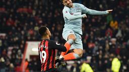Duel yang dilakukan Eden Hazard pada laga lanjutan Premier League yang berlangsung di stadion Dean Court, Bournemouth, Kamis (31/1). Chelsea dipermalukan 0-4 kontra Bournemouth. (AFP/Glyn Kirk)