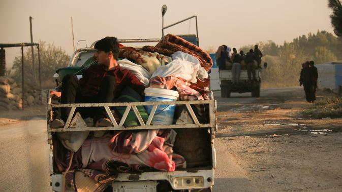 Warga melarikan diri menggunakan mobil saat pasukan Turki memburu milisi Kurdi di Ras al Ayn, Suriah, Rabu (9/10/2019). Pasukan Demokratik Suriah (SDF) mengungkapkan serangan Turki kepada milisi Kurdi menyebabkan serangkaian eksodus massal dari masyarakat dekat perbatasan. (AP Photo/Baderkhan Ahmad)