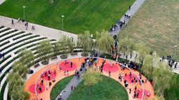 Keramaian pengunjung saat pembukaan 'Perpustakaan Pohon' di Milan, Italia, Sabtu (27/10). Perpustakaan ini memiliki luas hampir 10 hektare. (AP Photo/Luca Bruno)