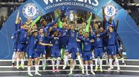 Para pemain Chelsea merayakan gelar juara Liga Champions usai menaklukkan Manchester City pada laga final di Stadion Dragao, Minggu (30/5/2021). Chelsea menang dengan skor 1-0. (Pierre Philippe Marcou/Pool via AP)