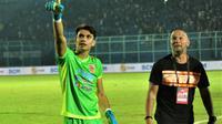 Penjaga gawang Borneo FC, Nadeo Argawinata, bersama sang pelatih kiper, Luizinho Passos, setelah pertandingan melawan Arema di Stadion Kanjuruhan, Kabupaten Malang (13/9/2019). (Bola.com/Iwan Setiawan)