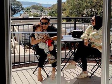 Rachel, Niko, dan Xabiru tengah bersantai di balkon hotel tempat mereka menginap. (Liputan6.com/IG/@rachelvennya)