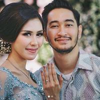 Jeje Govinda telah melamar Syahnaz Sadiwah secara resmi pada Minggu (11/11/2017) di kediaman Syahnaz di Green Andara Residence, Jakarta Selatan. Keduanya pun dikabarkan sudah merencanakan pernikahan. (Instagram/syahnazs)