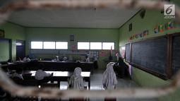 Suasana kelas di SD Negeri 2 Bowongso, Kecamatan Kalikajar, Wonosobo, Jateng (2/4). Berbeda dengan sekolah negeri umummnya, SDN 2 Bowongso terbagi menjadi dua, di satu sisi terdiri atas kelas 1, 2, dan 3 serta gedung sisi lain berisi kelas 4, 5, 6, dan ruang guru. (merdeka.com/Iqbal S. Nugroho)