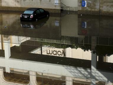 Sebuah mobil ditinggalkan terparkir akibat terendam banjir di pusat perbelanjaan di California, Rabu (6/1/2016). Badai El Nino melanda wilayah selatan California dengan membawa hujan deras ke kawasan yang sempat dilanda kekeringan. (REUTERS/Mike Blake)