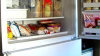 Ketahui 3 jenis bahan makanan yang gak boleh kamu simpan di freezer lemari pendingin.