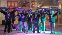 Fans Chelsea mengikuti kompetisi jingle pada acara Nobar Gratis di Sky Garden, Novotel Tangerang. (14/7/2018). Novotel menghadirkan Nobar Gratis untuk fans bisa merasakan sensasi Piala Dunia 2018. (Bola.com/Nick Hanoatubun)