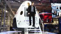 CEO SpaceX, Elon Musk terlihat turun dari kapsul ruang angkasa SpaceX's Dragon V2 saat peresmian di Hawthorne, California, (29/5/2014). (AFP PHOTO/Robyn Beck)
