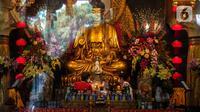Petugas menyiapkan altar sembahyang menyambut perayaan Waisak di Wihara Ekayana Arama, Jakarta Barat, Selasa (25/5/2021). Wihara ini melakukan persiapan untuk menyambut rangkaian Hari Raya Waisak 2565 BE pada 26 Mei 2021 yang akan berlangsung secara virtual esok hari. (Liputan6.com/Johan Tallo)