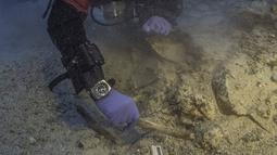 Arkeolog saat menemukan kerangka manusia di perarian dekat Pulau Antikythera, Yunani, pada 6 September 2016. Kerangka manusia ini terkubur sekitar 165 kaki di bawah permukaan laut. (Greek Ministry of Culture/Reuters)