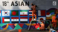 Petugas PPSU Srengseng Sawah menggambar mural bertema Asian Games 2018 di kolong flyover Universitas Indonesia, Depok, Jawa Barat, Jumat (27/7). Perhelatan Asian Games 2018 akan berlangsung di Jakarta dan Palembang. (Liputan6.com/Immanuel Antonius)
