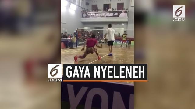 Seorang pebulutangkis bergaya nyeleneh tapi sukses menaklukkan lawannya. Saat bertanding, ia menggunakan sepatu warna-warni dan kostum nyentrik.