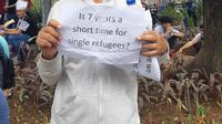 Ali Husein, pencari suaka asal Afghanistan bersama dengan rekan-rekannya melakukan aksi demo di depan gedung Menara Ravindo Kebon Sirih Jakarta Pusat, Selasa (30/7/2019). (Foto: Liputan6/Reinaldi Hasan)