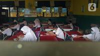 Sejumlah murid SDN Kota Baru mengikuti ujian penilaian akhir sekolah di SDN Kota Baru 3 Bekasi, Jawa Barat, Senin (8/6/2021). Ujian yang dilaksanakan secara tatap muka tersebut diikuti kelas 4 dan 5. (Liputan6.com/Herman Zakharia)