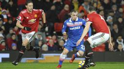 Gelandang Stoke City, Xherdan Shaqiri, berusaha melewati bek Manchester United, Phil Jones, pada laga Premier League di Old Trafford, Senin (15/1/2018). Manchester United menang 3-0 atas Stoke City. (AP/Rui Vieira)