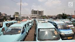 Angkutan kota (angkot) terparkir di Terminal Kampung Melayu, Jakarta, Selasa (10/7). Pemprov DKI Jakarta terus berusaha agar target 30 trayek dan 2.687 kendaraan dapat bergabung dalam OK Otrip. (Merdeka.com/Iqbal Nugroho)