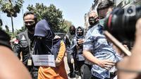 Tersangka NL dihadirkan dalam rekonstruksi kasus pembunuhan Sugianto (51) di ruko Royal Gading Square, Kelapa Gading, Jakarta, Selasa (25/8/2020). Rekonstruksi melibatkan 12 tersangka termasuk NL, karyawati korban yang berperan sebagai dalang pembunuhan. (merdeka.com/Iqbal S. Nugroho)