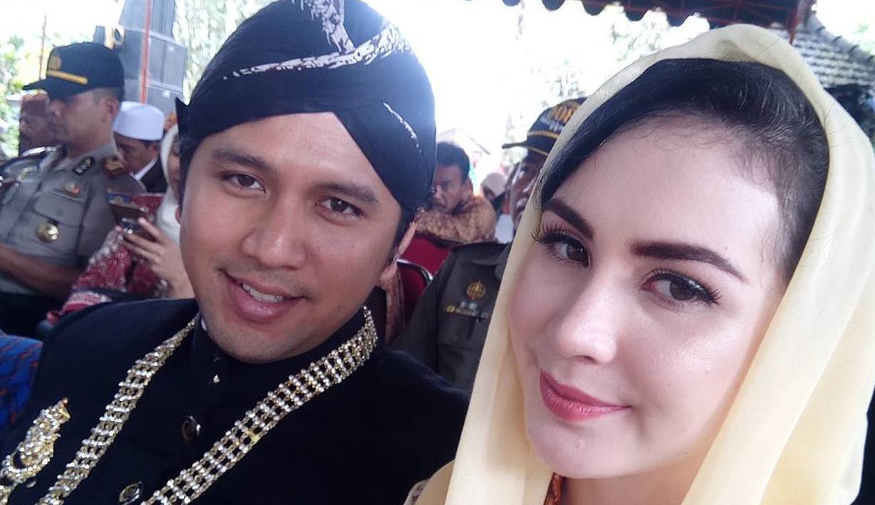 Arumi Bachsin melepas masa lajangnya setelah menikah dengan Emil Dardak pada 30 Agustus 2013. Dari pernikahan itu, Arumi dan Emil dikaruniai dua orang anak. (Foto: instagram.com/arumi_arumi_94)