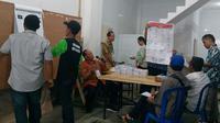 Penghitungan suara hasil pemungutan suara ulang di TPS 9 Bunulrejo, Kota Malang pada Kamis, 25 April 2019 (Liputan6.com/Zainul Arifin)