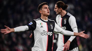 Striker Juventus, Paulo Dybala, merayakan gol yang dicetaknya ke gawang AC Milan pada laga Serie A Italia di Stadion Allianz, Turin, Minggu (10/11). Juventus menang 1-0 atas Milan. (AFP/Marco Bertorello)