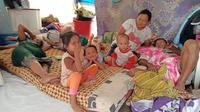 Pengungsi korban banjir mengungsi ke Tanggul Gempol Anjun, Kelurahan Tanjingpura, Kecamatan Karawang Barat, Karawang. (Liputan6.com/ Abramena)