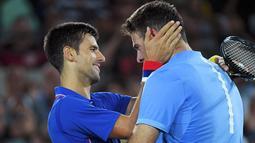 Novak Djokovic (kiri) memberikan selamat kepada Juan Martin Del Potro usai pertandingan tenis tunggal putra Olimpiade Rio 2016, Brasil,(8/8). Petenis nomor satu dunia tersebut kalah dengan petenis yang berperingkat 145 dunia. (REUTERS / Toby Melville)