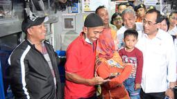 Menteri Perhubungan (Menhub) Budi Karya Sumadi menyapa penumpang di atas gerbong KA Tawang Jaya di Stasiun Semarang Poncol, Jawa Tengah, Kamis (29/6). Menhub melakukan pengecekan kesiapan arus balik Lebaran 2017 di stasiun tersebut (Liputan6.com/Gholib)