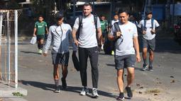 Pelatih Timnas Indonesia, Simon McMemeny dan Yeyen Tumen, berjalan saat akan latihan di Lapangan Gelora Trisakti, Bali, Minggu (13/10). Latihan ini merupakan persiapan jelang laga Kualifikasi Piala Dunia 2022 melawan Vietnam. (Bola.com/Aditya Wany)