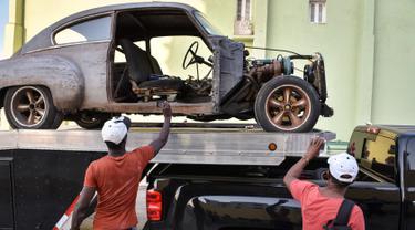 Salah satu Mobil tua yang akan  digunakan sebagai pelengkap syuting film Fast and Furious 8 di Havana, Kuba (28/4). Pembuatan film Fast & Furious 8 membuat warga Kuba antusias berdatangan ke lokasi syuting. (AFP PHOTO/ADALBERTO ROQUE)